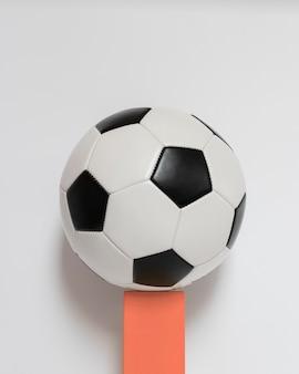 Vista frontal da nova bola de futebol no pedestal