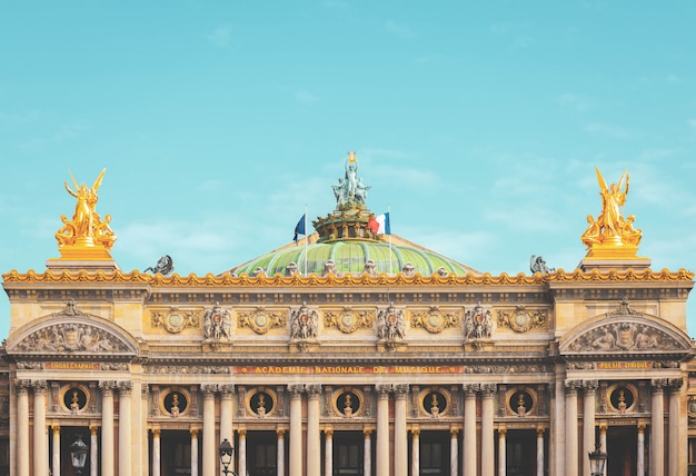 Vista frontal da ópera old garnier em paris