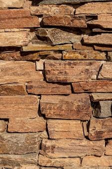 Vista frontal da parede de pedra