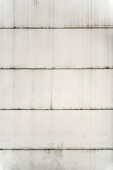 Vista frontal da parede externa branca com linhas horizontais