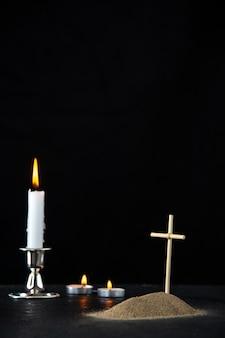 Vista frontal da pequena sepultura com vela preta