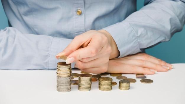 Vista frontal da pessoa com moedas
