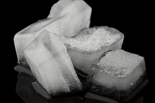 Vista frontal da pilha de cubos de gelo