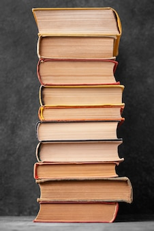 Vista frontal da pilha de diferentes livros