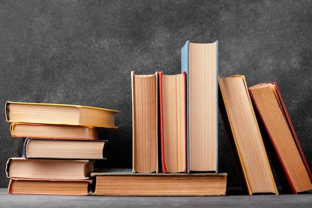 Vista frontal da pilha de livros