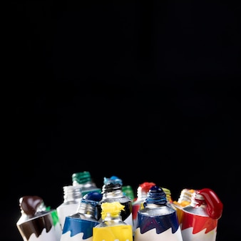 Vista frontal da pintura colorida em tubos com espaço de cópia