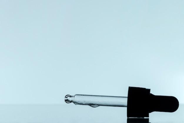 Vista frontal da pipeta com líquido e espaço de cópia