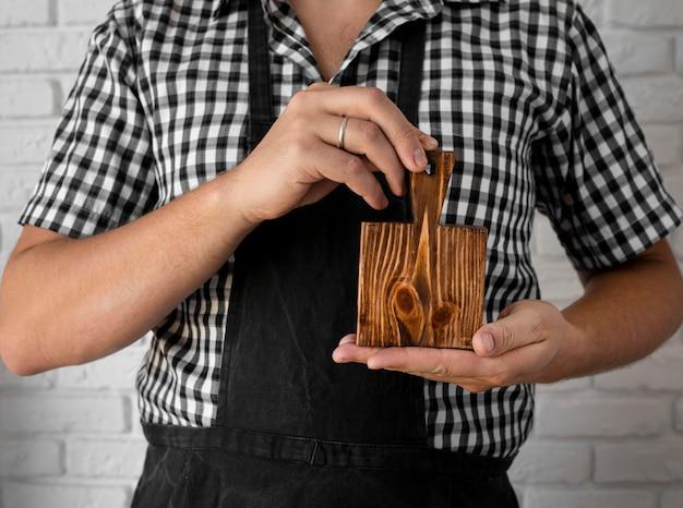 Vista frontal da placa de madeira segura por um homem