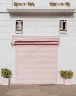 Vista frontal da porta da garagem em um prédio da cidade