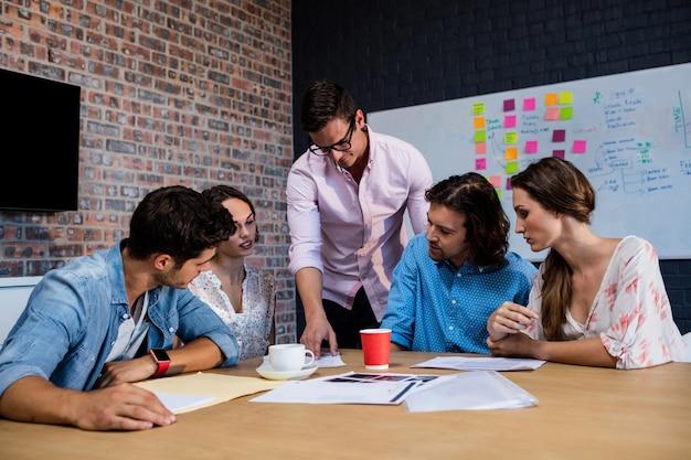 Vista frontal da reunião de colegas de trabalho