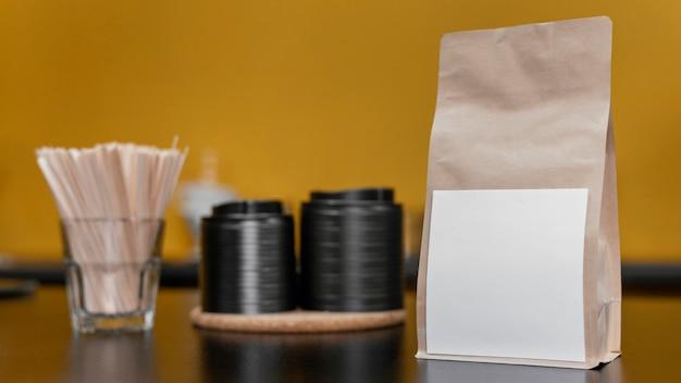 Vista frontal da sacola de café de papel no balcão da cafeteria