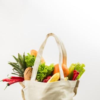 Vista frontal da sacola reutilizável com legumes e frutas