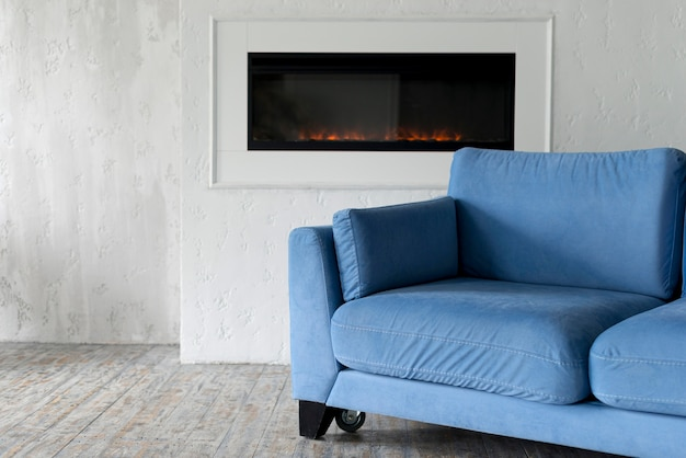 Vista frontal da sala com sofá e lareira