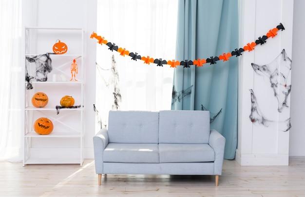 Vista frontal da sala de estar com decoração de halloween