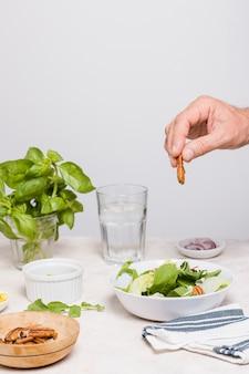 Vista frontal da salada em uma tigela com nozes