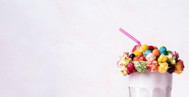 Vista frontal da sobremesa com cobertura colorida e palha