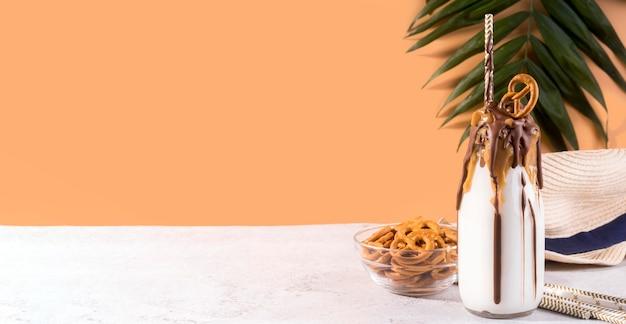 Vista frontal da sobremesa com pretzels e espaço de cópia