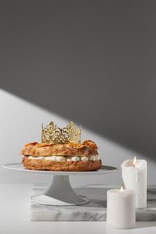 Vista frontal da sobremesa do dia da epifania com velas