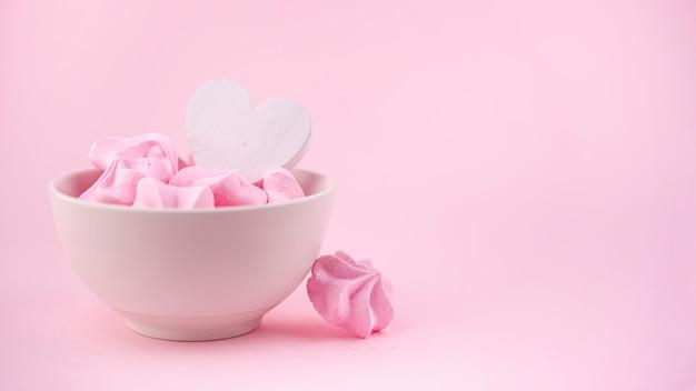 Vista frontal da tigela de merengue com coração
