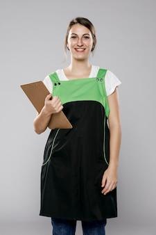 Vista frontal da trabalhadora com avental