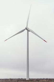 Vista frontal da turbina eólica no campo