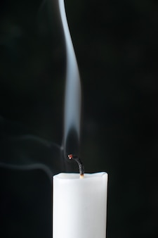 Vista frontal da vela sem fogo no preto