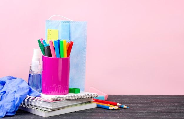 Vista frontal da volta aos artigos de papelaria da escola com lápis e cadernos