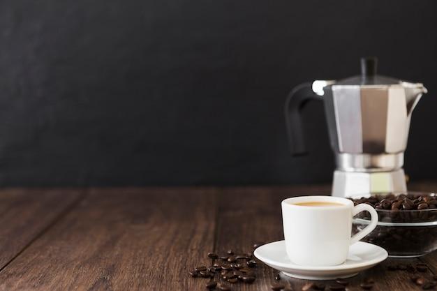 Vista frontal da xícara de café com espaço de cópia