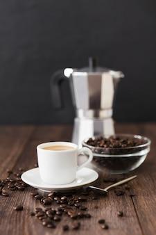 Vista frontal da xícara de café com panela e colher