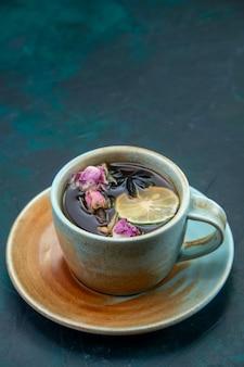 Vista frontal da xícara de chá com limão e flor