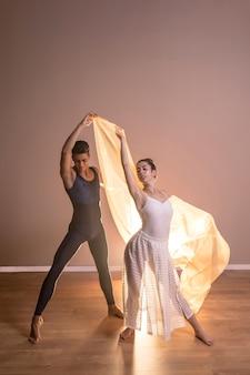 Vista frontal dançarinos casal posando juntos