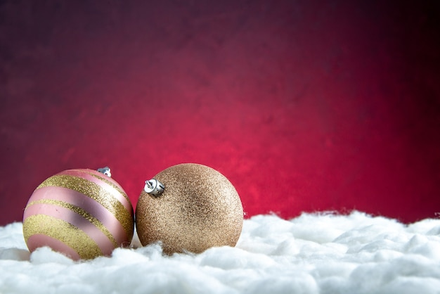 Vista frontal das bolas da árvore de natal