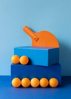 Vista frontal das bolas de pingue-pongue com raquete e formas