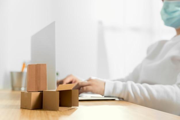 Vista frontal das compras on-line com espaço de cópia
