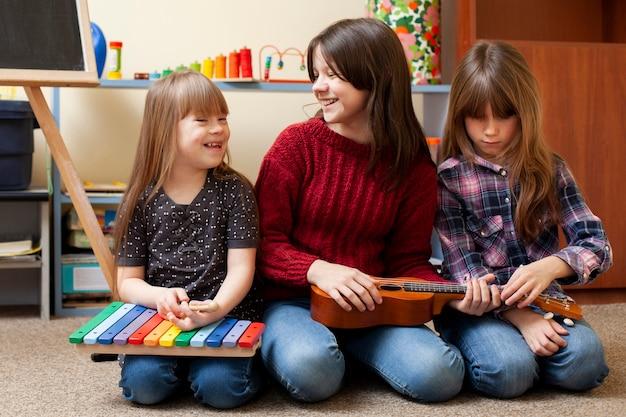 Vista frontal das crianças brincando juntos