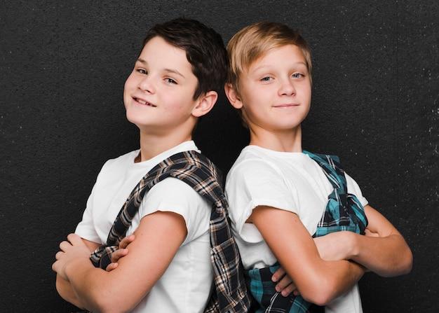 Vista frontal das crianças de costas