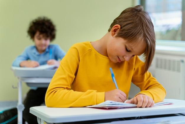 Vista frontal das crianças na classe na escola