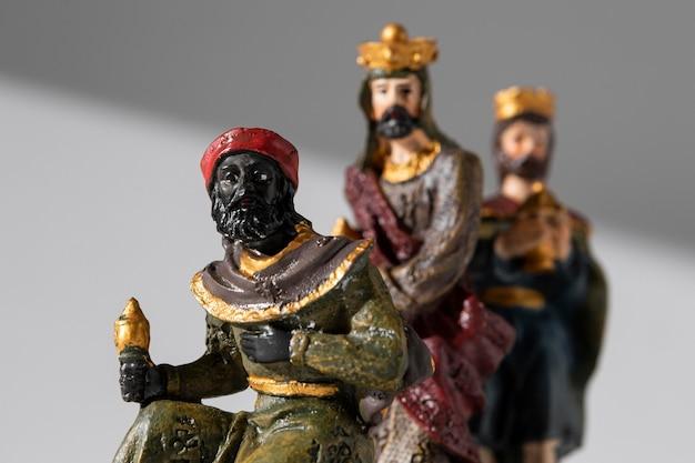 Vista frontal das estatuetas dos reis do dia da epifania com coroas