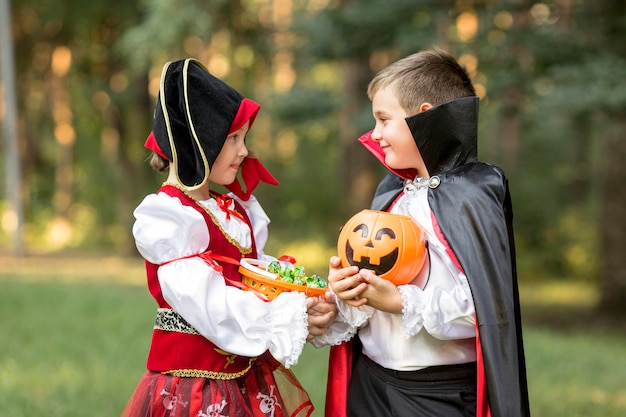 Vista frontal das fantasias de drácula e pirata de halloween