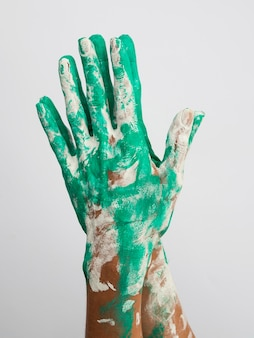 Vista frontal das mãos cobertas de tinta