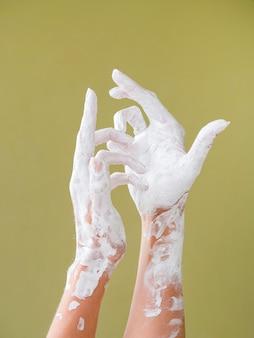 Vista frontal das mãos coloridas brancas