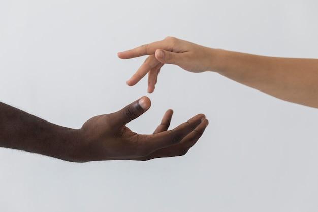 Vista frontal das mãos em preto e branco