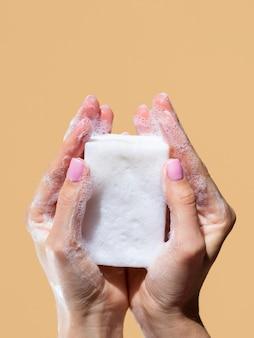 Vista frontal das mãos lavando com sabão