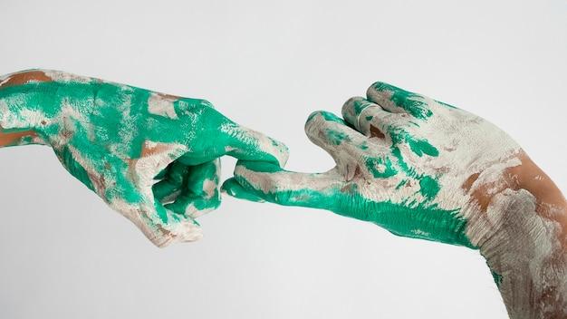 Vista frontal das mãos pintadas com cores