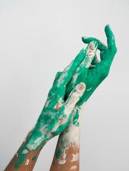 Vista frontal das mãos pintadas