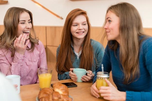 Vista frontal das meninas conversando