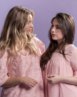 Vista frontal das mulheres olhando uns aos outros