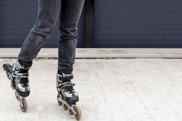 Vista frontal das patins com espaço para texto