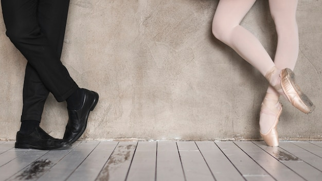 Vista frontal das pernas de bailarina e homem elegante