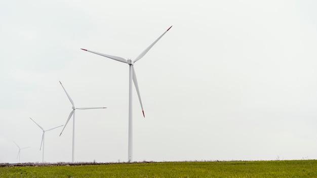Vista frontal das turbinas eólicas com espaço de cópia